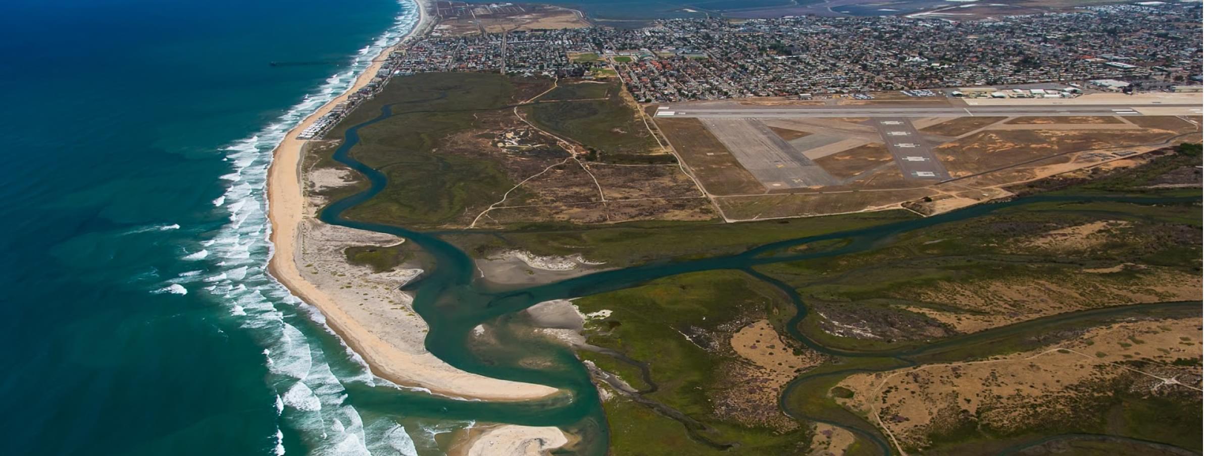 La Reserva Nacional de Investigación del Estuario del Río Tijuana se encuentra en la frontera entre Estados Unidos y México. El río fluye a través de Tijuana, México,, y entra al Océano Pacífico cerca de San Diego, California en los Estados Unidos.