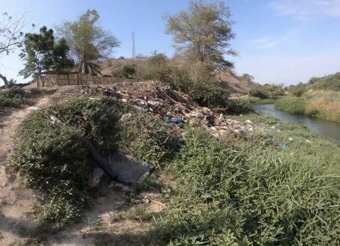 Basura acumulada en las laderas del Río Portoviejo
