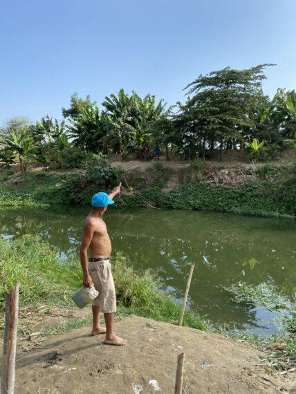 Un miembro de la comunidad de Milagro nos muestra los alrededores del río.